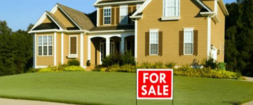 hus med till salu tecken för reklam